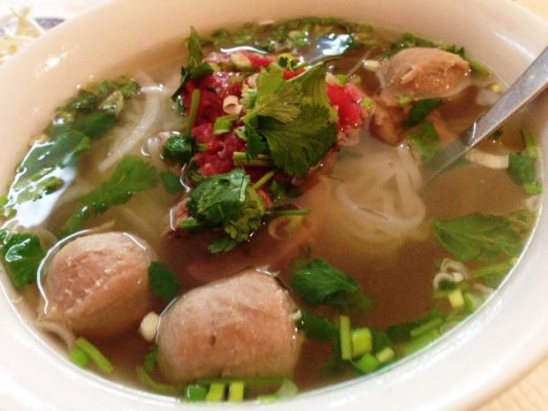 Phở, plat national vietnamien à base de nouilles de riz dans un bouillon de bœuf