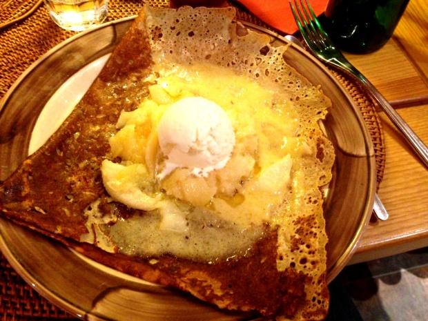 Crêpe au froment garnie de frangipane maison, pommes rôties et sa boule de glace à l'amande