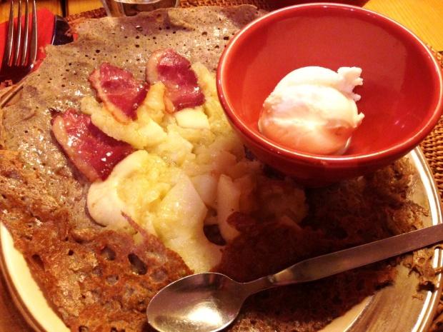 Galette au magret fumé de canard et aux pommes, accompagnée d'une boule de glace à la moutarde à l'ancienne
